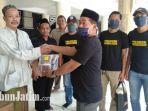 pengurus-masjid-jami-gresik-terima-bantuan-masker-dari-psg-gresik.jpg