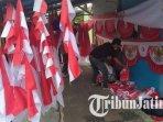 penjual-bendera-merah-putih-di-kota-batu-yang-membuka-lapaknya-ilustrasi-penjual-bendera.jpg