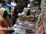 penjual-buku-kampung-ilmu-surabaya.jpg