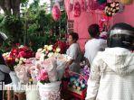 penjual-bunga-di-jalan-kayoon-ramai-pembeli-di-momen-hari-valentine.jpg