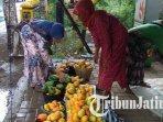 penjual-mangga-di-pasar-grosir-buah-banyakan-hanya-memperdagangkan-mangga-podang1.jpg