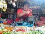 penjual-menimbang-cabai-di-pasar-baru-wadungasri-sidoarjo-ilustrasi-bahan-pokok-ilustrasi-cabai.jpg
