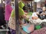 penjual-sayur-di-pasar-srimangunan-sampang.jpg