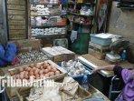 penjual-telur-di-pasar-wonokromo-mengatakan-harga-telur-sudah-turun-ilustrasi-penjual-telur_20180727_155416.jpg