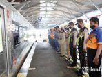 penumpang-dan-petugas-kereta-api-saat-berdiri-terdiam-untuk-mendengarkan-suara-teks-proklamasi.jpg
