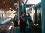 penumpang-saat-akan-menaiki-ka-sritanjung-selasa-482020-di-stasiun-gubeng.jpg