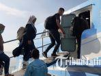 penumpang-saat-masuk-ke-dalam-kapal-express-bahari-1.jpg