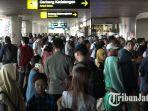 penumpang-terlihat-memadati-bandara-juanda-surabaya-minggu-2462018_20180624_124757.jpg