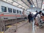 penumpang-yang-berangkat-naik-kereta-dari-stasiun-kota-kediri-di-masa-ppkm-ilustrasi-kereta.jpg