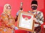 penyerahan-plakat-penghargaan-innovative-government-award-iga-2020-pada-mochamad-nur-arifin.jpg