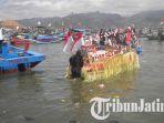 perahu-sesaji-dimasukkan-ke-laut-di-pantai-popoh-tulungagung_20180911_162828.jpg
