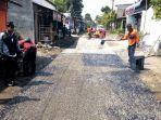 perbaikan-jalan-rusak-dengan-penambalan-yang-dilakukan-tim-urcpj-dinas-pupr-kabupaten-nganjuk.jpg