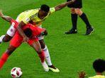 perebutan-bola-antara-yerry-mina-dan-raheem-sterling-pada-pertandingan-kolombia-melawan-inggris_20180717_081949.jpg