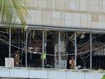personel-polisi-di-lokasi-ledakan-di-sebuah-area-di-shangri-la-hotel-saat-minggu-paskah.jpg