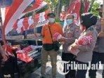 personel-polres-pamekasan-memborong-bendera-merah-putih-yang-dijual-pkl.jpg