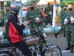 personel-tni-kodim-0810nganjuk-membagikan-takjil-gratis-kepada-pengendara-di-jalan-raya.jpg