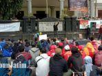 peserta-aksi-unjuk-rasa-saat-berorasi-di-atas-panggung-depan-gedung-dprd-kota-malang.jpg