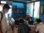 peserta-cakades-yang-sedang-menunggu-giliran-untuk-tes-urine-di-bnn-kabupaten-sumenep.jpg