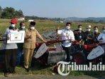 petani-di-desa-kanigoro-kabupaten-malang-mendapat-alat-alat-pertanian-dari-menteri-pertanian.jpg