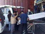 petugas-badan-perlindungan-pekerja-migran-indonesia-b2pmi-saat-menjemput-tki-ilegal-yang-meninggal.jpg