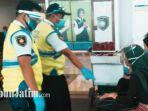 petugas-bandara-juanda-menegur-calon-penumpang-tidak-jaga-jarak.jpg