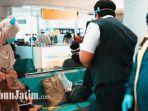 petugas-bandara-juanda-saat-menegur-calon-penumpang-penerbangan-yang-tidak-melakukan-jaga-jarak.jpg