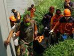 petugas-basarnas-dan-bpbd-kota-kediri-mengevakuasi-mayat-di-sungai-brantas.jpg