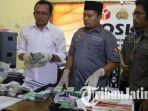 petugas-bawaslu-ponorogo-menunjukan-barang-bukti-uang-yang-diduga-untuk-money-politics.jpg