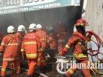 petugas-berjibaku-padamkan-api-di-bengkel-motor-di-wonocolo-surabaya-ilustrasi-pemadam-kebakaran.jpg