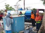 petugas-bpbd-kabupaten-nganjuk-mendistribusikan-bantuan-air-bersih.jpg