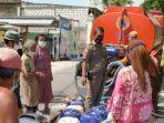 petugas-bpbd-kabupaten-tuban-saat-droping-air-bersih-ke-sejumlah-wilayah-desa.jpg