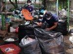 petugas-bsm-melakukan-penyortiran-sampah-plastik-untuk-didaur-ulang-ilustrasi-daur-ulang.jpg
