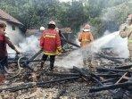 petugas-damkar-bojonegoro-memadamkan-api-di-rumah-warga-di-desa-sudu-kecamatan-gayam.jpg
