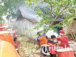 petugas-damkar-bpbd-kabupaten-tuban-memadamkan-api-di-rumah-rasmo-desa-tegalrejo.jpg