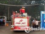 petugas-damkar-di-lokasi-kebakaran-di-pt-mertex-mojokerto-berusaha-padamkan-api.jpg