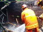 petugas-damkar-menjinakkan-api-di-rumah-kasemi-di-desa-pakis-kecamatan-durenan.jpg