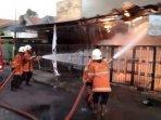 petugas-damkar-saat-jinakkan-api-yang-membakar-rumah-di-jalan-ketintang-baru-iia-surabaya.jpg