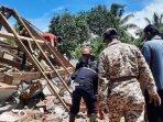 petugas-dan-warga-membersihkan-puing-puing-bangunan-yang-rusak-akibat-gempa-di-lumajang.jpg