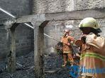 petugas-dinas-damkar-bojonegoro-saat-memadamkan-api-yang-membakar-gudang-tembakau-di-desa-terate.jpg