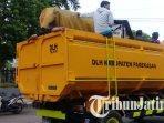 petugas-dinas-lingkungan-hidup-kabupaten-pamekasan-mengangkut-puluhan-gerobak-pkl.jpg