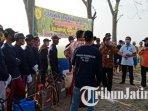 petugas-dinas-pertanian-kabupaten-mojokerto-berusaha-mengendalikan-hama-wereng.jpg