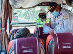 petugas-gabungan-dari-pengelola-terminal-dishub-dan-kepolisian-saat-memeriksa-bus.jpg
