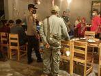 petugas-gabungan-melakukan-operasi-protokol-kesehatan-di-sejumlah-cafe.jpg