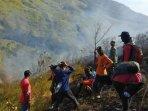petugas-gabungan-relawan-dan-warga-berjibaku-memadamkan-api-di-gunung-pundak-mojokerto_20181008_183658.jpg