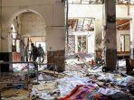 petugas-keamanan-sri-lanka-berjalan-di-tengah-puing-puing-ledakan-di-gereja-st-anthony.jpg