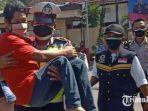 petugas-kepolisian-menggendong-penyandang-disabilitas-saat-vaksinasi-di-mapolres-kediri-kota.jpg