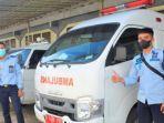 petugas-lapas-kelas-i-malang-saat-berfoto-bersama-dengan-mobil-ambulans.jpg