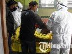 petugas-medis-dari-rs-bhayangkara-mengevakuasi-jenazah-pekerja-pabrik-sengon-yang-tewas-di-kamar-kos.jpg