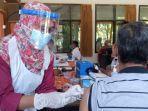 petugas-medis-di-tulungagung-menyuntikkan-vaksincovid-19.jpg