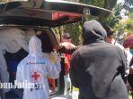 petugas-medis-mengevakuasi-jenazah-di-jalan-raya-polisi-istimewa.jpg